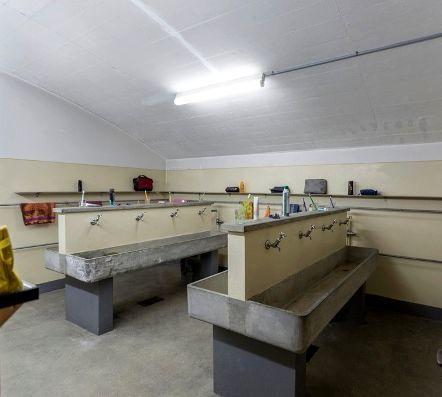 Как обеспечивается санитарно-бытовое обслуживание и медицинское обеспечение работников на предприятии