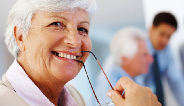 Работа без оформления для пенсионеров: выгодно или нет?