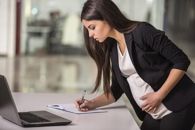 Идет ли декретный отпуск в общий трудовой стаж и каким именно образом?