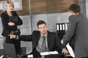 Отсутствие работника на рабочем месте без уважительной причины: риски для работодателя