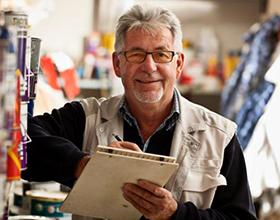 Работа без оформления для пенсионеров: выгодно или нет{q}