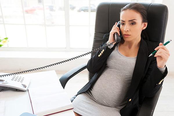 Увольнение беременной женщины по срочному трудовому договору: в каких случаях допустимо?